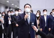 """[단독]죽마고우 만난 윤석열 """"문대통령, 강경파에 둘러싸여있다"""""""