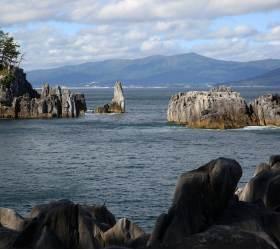[<!HS>한<!HE> <!HS>컷<!HE> <!HS>세계여행<!HE>] 쓰나미 재앙 온몸에 새기고 선 일본 해안의 '외돌개'