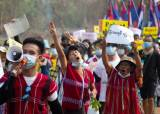 """<!HS>미얀마<!HE> 신한은행 직원도 총 맞았다···""""유례없는 내전 가능성"""""""