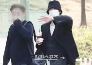 [포토] 강승윤 '눈 빼꼼 출근길'
