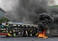 미얀마 시위대의 무력 반격…군 트럭에 수류탄 던져 4명 폭사