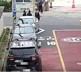 초교 앞서 '수상한 종이봉투' 거래…휴가중 경찰에 딱 걸린 <!HS>보이스피싱<!HE>범 [영상]