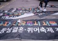 """""""현수막 오늘도 훼손"""" 선거날까지 혐오와 싸운 군소후보 3인"""