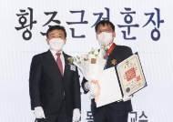 """황조근정훈장 수상한 조치흠 교수 """"코로나 극복까지 절반 왔다"""""""