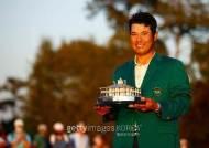 아시아 첫 그린 재킷 입은 마쓰야마, '골프 황제' 우즈도 축하