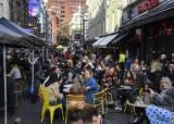 영국 일상회복 첫날…야외 술집에 예약 5000건, 존슨 총리도 이발했다