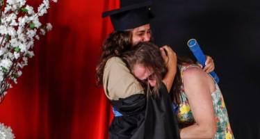 청소부 옷 입은 딸, 내옷이었다···엄마 울린 특별한 졸업식