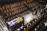 장례식도 직접 기획한 필립공···英여왕은 홀로앉아 배웅했다