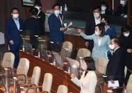 """""""신났네 신났어"""" 野 조롱 김상희 의장석 오르자…국민의힘 퇴장"""