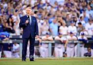 '다저스의 목소리' 빈 스컬리, 다저스 우승 반지 받았다