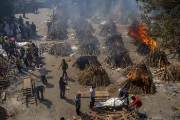 노천서 불타는 시신들…방역 푼 인도, 지옥으로 변했다  [이 시각]