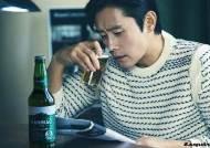 [화보IS] 리얼리티 살린 이병헌, 소속사 사옥에서 맥주 한잔