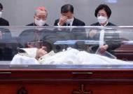 정진석 추기경 빈소 찾은 文…김복동·백기완 이어 세 번째