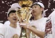 [포토]오세근,얼마만의 우승컵 이냐