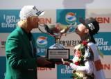 아내의 캐디백 내조, 우승 입맞춤 한 허인회