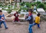 죽음이 삶을 살려주는 곳…묘지서 태어난 '레바논 아이들'