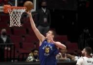 NBA 시즌 MVP, 요키치-엠비드-커리 3파전 압축