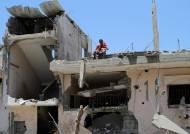 [이 시각] 이스라엘 공습에 집은 뼈대만···두 아들은 아빠 품 파고들었다