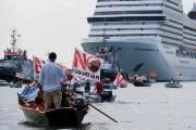 """[이 시각] """"큰 배는 안돼"""" 시위 속에 베네치아 떠나는 대형 크루즈"""