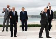 트럼프 때와는 다르네…노마스크 스킨십, 신난 G7 정상들