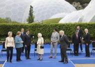 스가 혼자 거리두기중? G7서 겉도는 'B컷 사진' 日서 화제