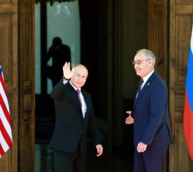 """[속보] """"바이든-<!HS>푸틴<!HE>, 첫 정상회담 시작""""[AFP]"""