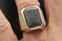 [단독] 아직 안 팔린 '하늘의 로또'···까만 이 반지가 '진주운석'