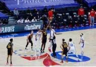 '대이변' NBA 동·서부 1번 시드, 27년 만에 동반 콘퍼런스 결승 진출 실패