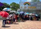 계좌이체도 웃돈 15%…돈가뭄 미얀마 은행, 구겨진 달러 줬다