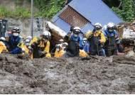 """""""목까지 진흙에 파묻혔다"""" 日시즈오카 산사태서 '구사일생'...행방불명 29명"""