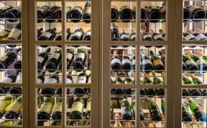 신발장? 냉장고?…다 못 마신 와인 보관하는 깨알 팁!