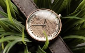 바쁜 현대인의 삶에 스며드는 친환경 우드제품 눈길…나무로 시계를 만들다.