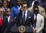 바이든 면전에서 트럼프 때린 풋볼의 전설…대선 음모론 반박
