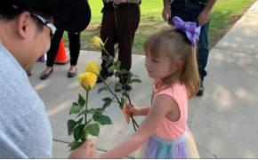 숨진 동료 딸 첫 등교날…'노란장미' 에스코트 한 美경찰