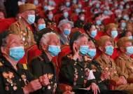 [이 시각] 마스크 쓴 北 노병들, '전승절'에 평양 모여 공연 관람