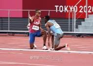 육상 800m 뒤엉켜 넘어진 두 선수, 서로 부축 후 함께 달렸다