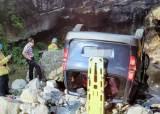 강원도 인제서 승합차 계곡 추락…2명 사망· 4명 부상