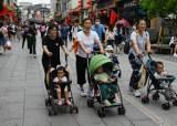 14억 중국도 저출산 걱정…'셋째' 휴가, 韓처럼 장려금도 쏜다