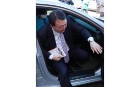 택시 내리고 악수하는 윤석열, 그의 얼굴서 사라진 마스크