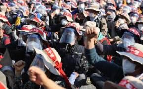 이중 마스크 vs 십자 차벽…민주노총 서대문 사거리 기습 집결