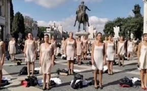 승무원 50명이 단체로 벗었다…로마 한복판 '속옷 시위'