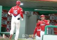 [포토]김기태감독,홈런포에 박수를
