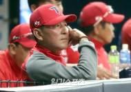 [포토]경기 지켜보는 김기태감독