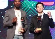 [포토]라건아. 이정현, MVP 트로피. 최고의 한해