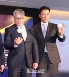 [포토]김경문 감독, 이승엽. 프리미어 12 공과 함께