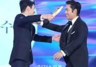 [포토]이병헌,남자최우수연기상 포옹