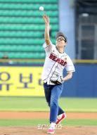 [포토]김영철, 승리기원 시구