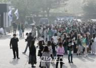 [포토]옥택연 전역 기다리는 다국적 팬들