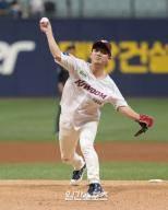 [포토]가수 김길중, 날렵한 승리 시구