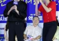 [포토] 유수빈 '팬과 함께 따따따 댄스'